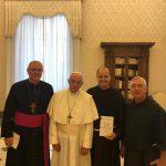 Dom Bernardo Bahlmann, Frei Francisco Belotti e Frei Alfonso Lambertiobici são recebidos papa Francisco em Roma.