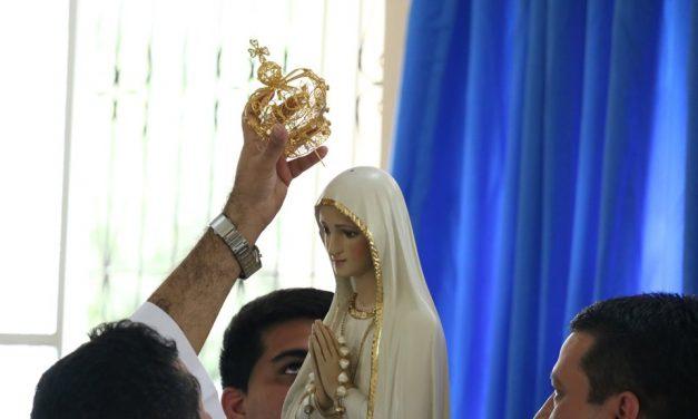 Alunos da Católica de Belém coroam Nossa Senhora