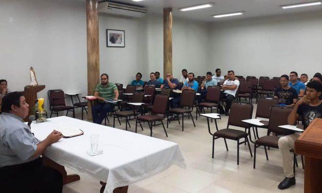 Seminaristas em preparação espiritual para o ESDREN