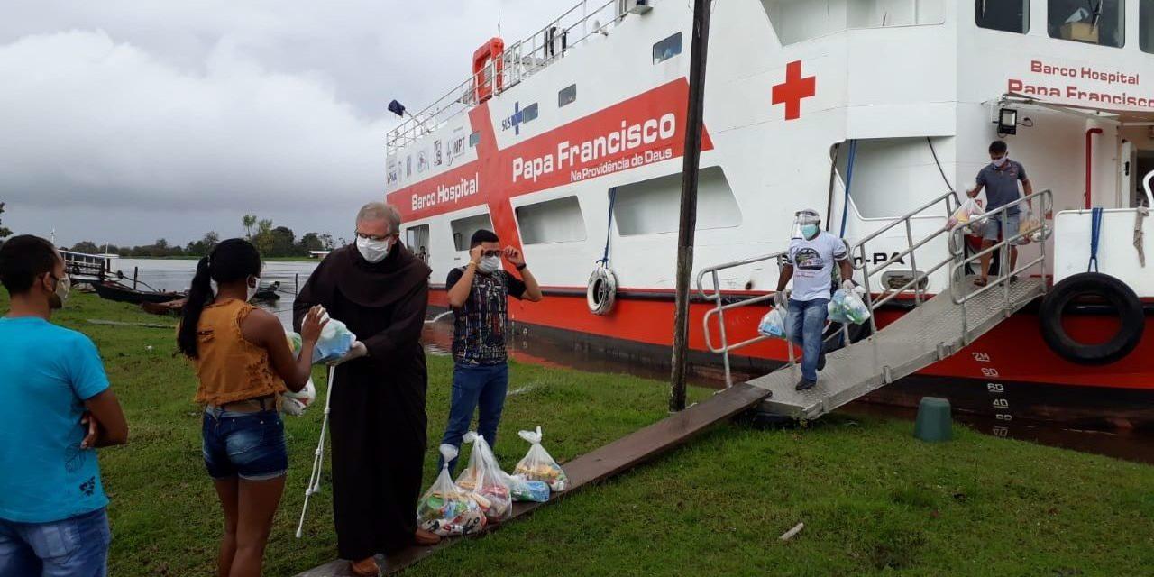 Óbidos: Barco-Hospital Papa Francisco distribui cestas básicas graças à solidariedade do Pontífice