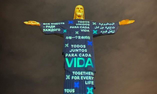 Missa, benção do Papa e projeção no Cristo marcam tributo às vítimas da Covid-19