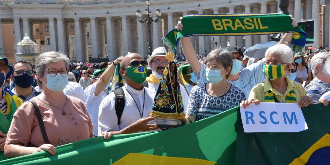 Papa Francisco anima religiosas e religiosos brasileiros, na Praça São Pedro, em Roma