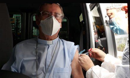 Dom Jesus Berdonces, bispo de Bragança do Pará, recebe a primeira dose da vacina contra covid-19