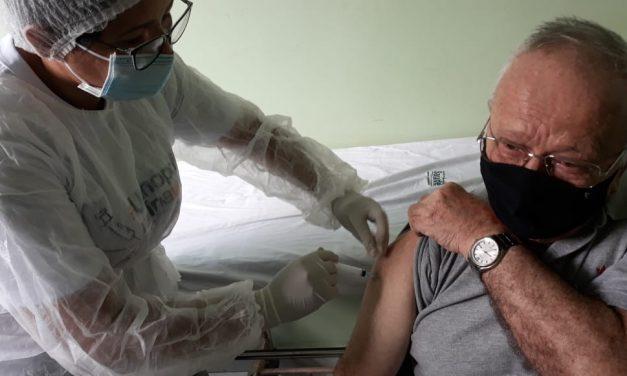Dom Luís Ferrando recebe a primeira dose da vacina contra a Covid-19