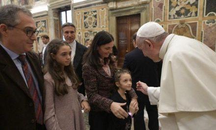 Papa Francisco: colocar a família no centro das atenções da Igreja e da sociedade
