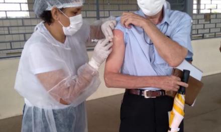 Dom Pedro Conti, bispo de Macapá, recebe a 1ª dose da vacina contra a covid-19